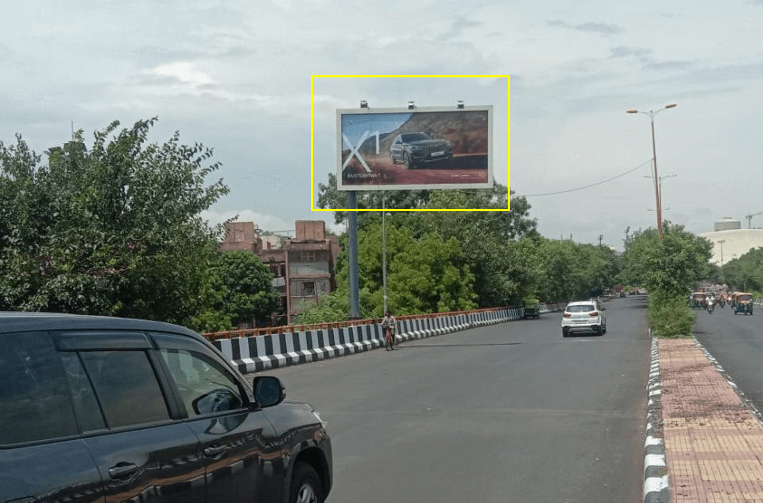 Outdoor Advertising at Defence Colony Flyover FTC from South Extension towards JLN Stadium / Khan Market / Sai Baba Mandir, Delhi